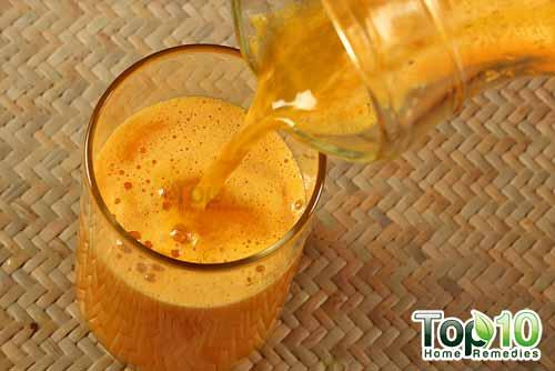 DIY arthritis juice recipe1 pouring
