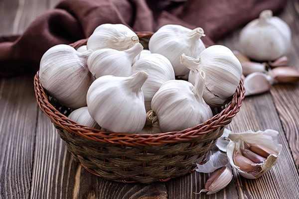 Garlic to fight toenail fungus at home